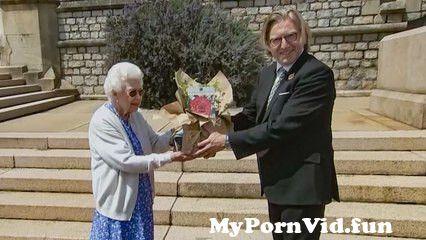View Full Screen: rhrende geste zum 100 geburtstag queen elizabeth pflanzt rose fr prinz philip.jpg