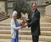 Mit einer romantischen Geste hat Queen Elizabeth II. dem 100. Geburtstag ihres verstorbenen Ehemannes Prinz Philip gedacht. Die Monarchin ließ eine besondere Rose im Garten von Windsor Castle pflanzen.